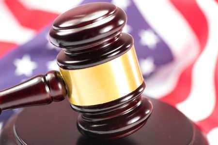 유혹하는 사람의 망치와 미국 국기 스톡 콘텐츠