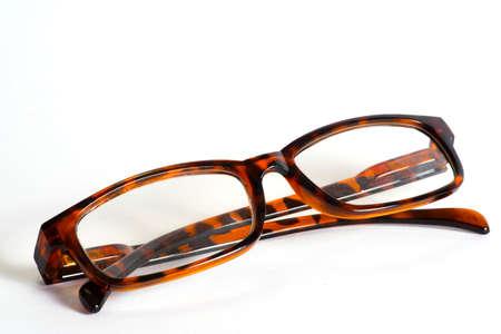 흰색 배경에 안경