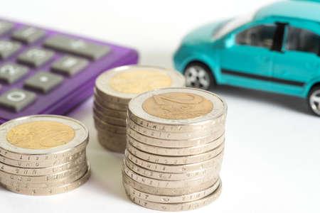 Monnaies en euros, voiture et calculatrice Banque d'images - 78485386