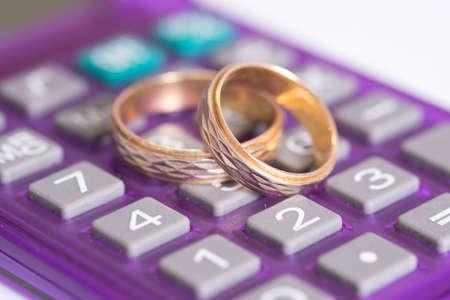 Anneaux de mariage et calculatrice Banque d'images - 78153378