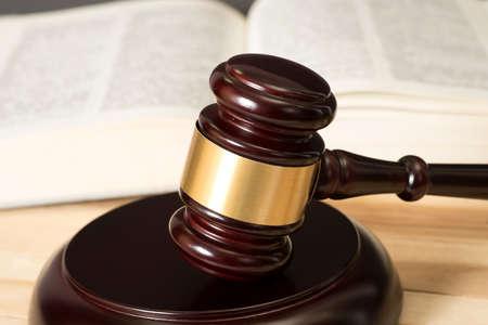 Le marteau de séduire et le code de droit Banque d'images - 82871140