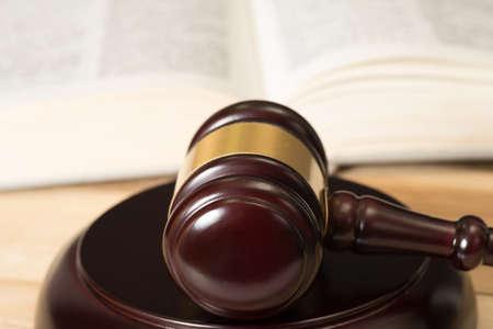 Le marteau de séduire et le code de droit Banque d'images - 83017949