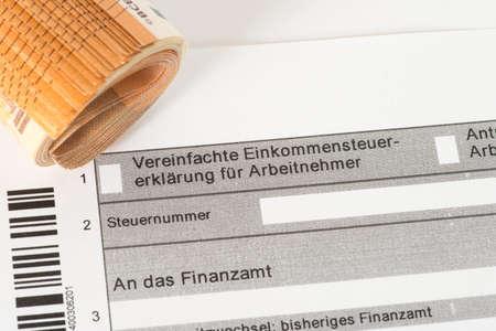 Een formulier voor een belastingaangifte en eurobiljetten