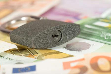 유로 지폐와 자물쇠 스톡 콘텐츠