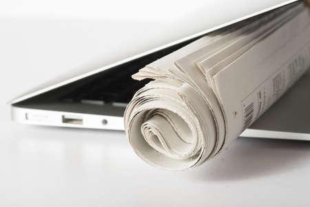 Eine Zeitung und ein Computer Standard-Bild - 98795504