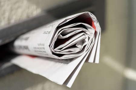 Eine Zeitung in einem Briefkasten Standard-Bild - 97879551