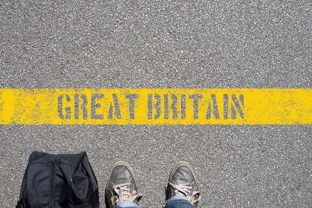 Un hombre con una maleta está en la frontera con Gran Bretaña Foto de archivo