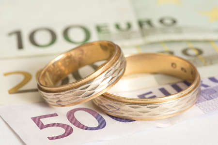 Two wedding rings and euro bills Foto de archivo