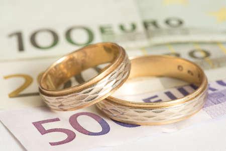 Two wedding rings and euro bills Stockfoto