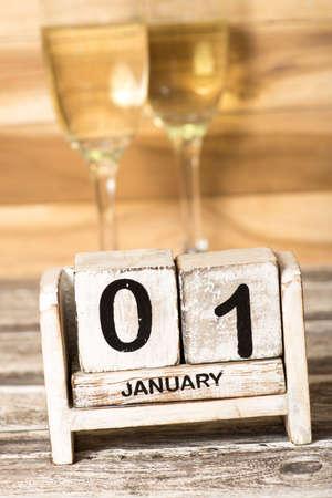 Champagner oder Champagner im Glas und ein Kalender an Silvester
