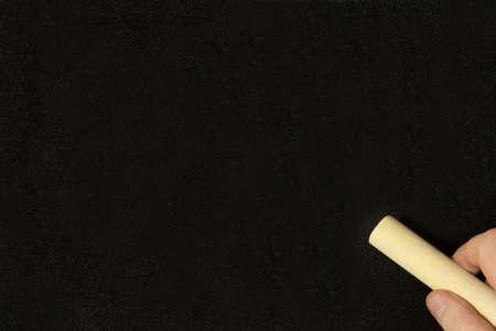 Una lavagna nera e un uomo con il gesso Archivio Fotografico - 102105728