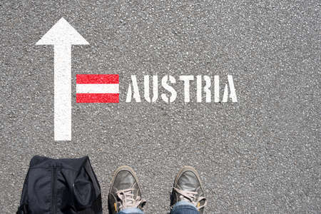 A man with the suitcase travels to Austria Stockfoto