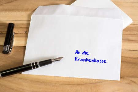 Una penna stilografica e una lettera all'assicurazione sanitaria