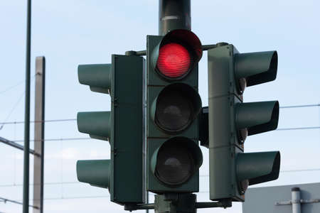 A traffic light points to red