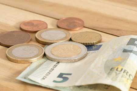 Euro banknotes and coins as a minimum wage in Germany from 2019