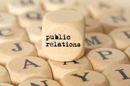 Verschiedene Buchstaben und ein Würfel mit dem Begriff Public Relations