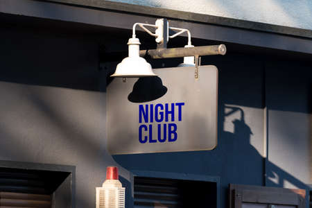 A sign indicating a nightclub Banque d'images - 107104211
