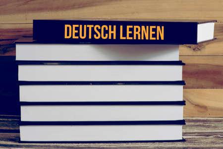 Varios libros y un libro alemán aprender Foto de archivo - 107104105
