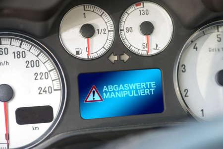 Interieur van een auto en waarschuwing voor manipulatie van uitlaatemissies Stockfoto