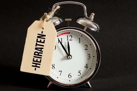 An alarm clock is just before twelve for a wedding Standard-Bild - 111120640