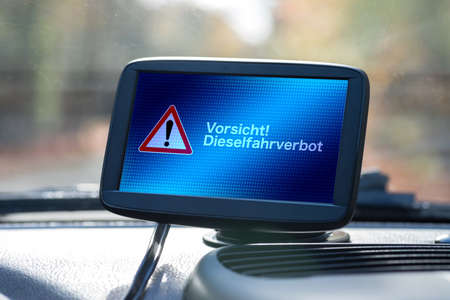 A navigation device in a car points to the diesel driving ban Standard-Bild