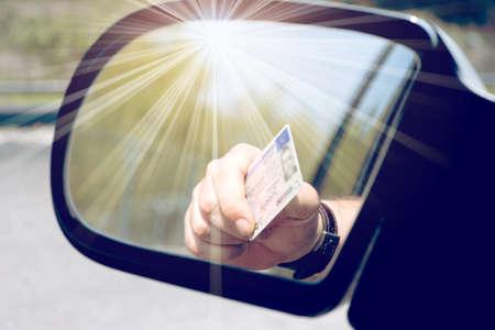 Ein Mann zeigt seinen Führerschein
