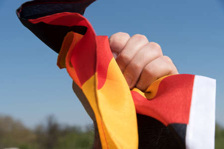 Ein Mann mit der deutschen Nationalflagge
