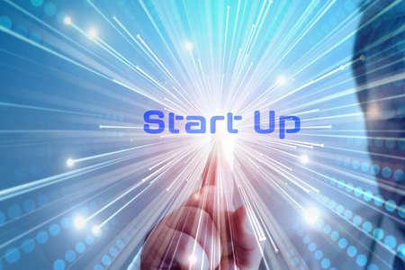 Ein Mann berührt das Wort Start Up auf einem Bildschirm Standard-Bild