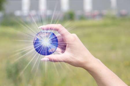 Une femme et un globe dans sa main