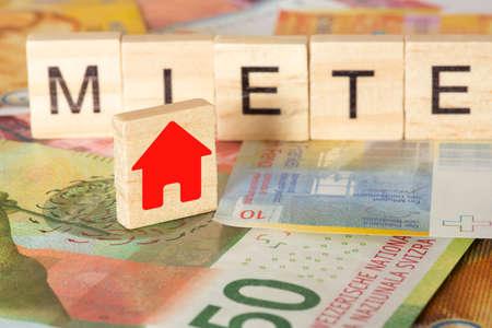 Schweizer Franken und die Miete für ein Haus Standard-Bild