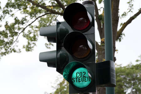 A traffic light and green light for Co2 tax