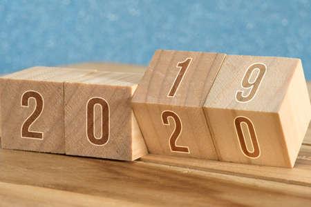 Cortar en dados y pasar del año 2019 al 2020 Foto de archivo