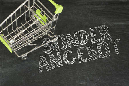 A shopping cart and note on special offer Reklamní fotografie
