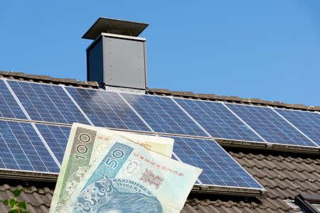 Dom z systemem solarnym i pieniędzmi zł zł