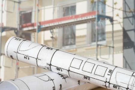 Bauplan und eine Baustelle für ein Haus