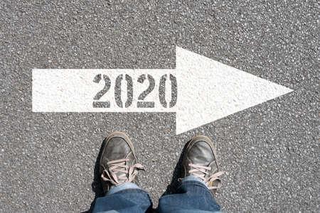 Ein Mann und ein Pfeil in Richtung 2020 Standard-Bild