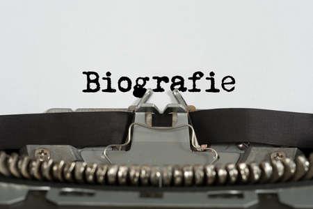 Eine Schreibmaschine und eine Biografie