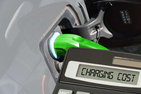 An electric car, calculator and costs for charging from the battery Stockfoto