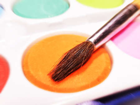 A brush and paints in the paint box Imagens