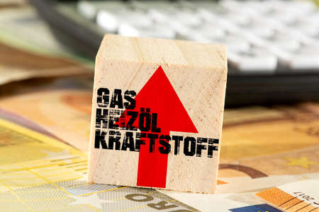Euro banknotes and rising costs for gas, heating oil and fuel Banque d'images