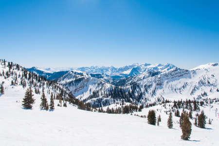 スノーバードとアルタの背後にある山の尾根