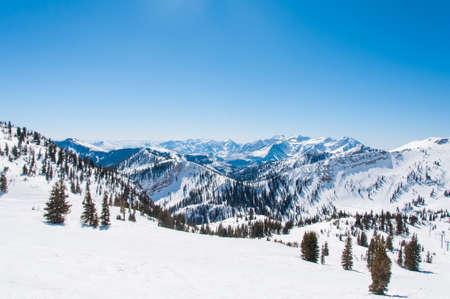 Crestas de las montañas detrás de Snowbird y Alta