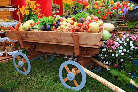 carreta madera: verduras en carro en la feria Foto de archivo
