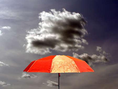 cielo tormenta: paraguas en cielo de tormenta de fondo