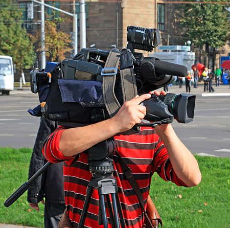operador de cámara en la calle de la ciudad