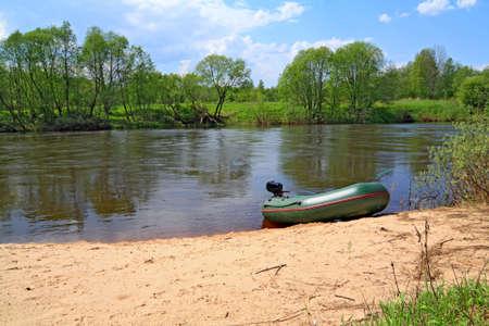 Motorboot auf dem Fluss Küste