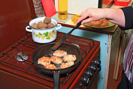 bakplaat: vrouw frietjes karbonades op zwarte grillplaat