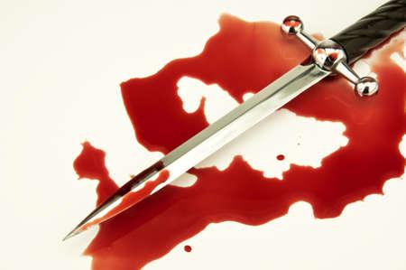 cuchillos: escena criminal con una daga y manchas de sangre fresca  Foto de archivo