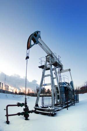 industrial landscape: pompa olio sullo sfondo del paesaggio industria e cielo invernale in fumo  Archivio Fotografico