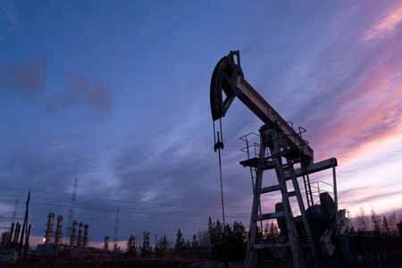 industrial landscape: pompa olio sullo sfondo del paesaggio industriale e tramonto cielo  Archivio Fotografico
